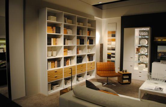 Bücherregal von Rietberger in Weiß mit holzfarbenen Schubkästen