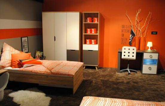Orangefarbene Wand & Accessoires peppen schlichtes Schlafzimmer von Forte auf
