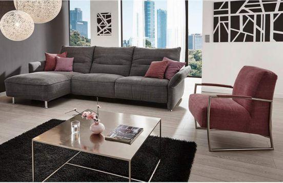 graues Ecksofa Passo 7211 von K+W Polstermöbel in Kombination mit boardeauxfarbenem Sessel