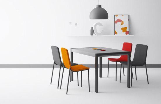 grauer Esstisch Concept von CANCIO mit verschiedenfarbigen Stühlen