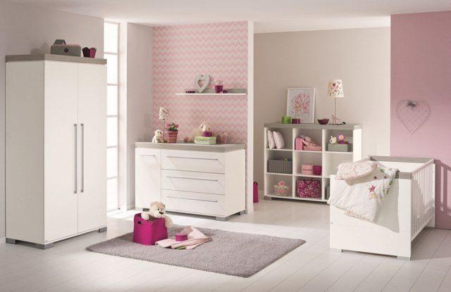 Babyzimmer mit rosa Wandgestaltung