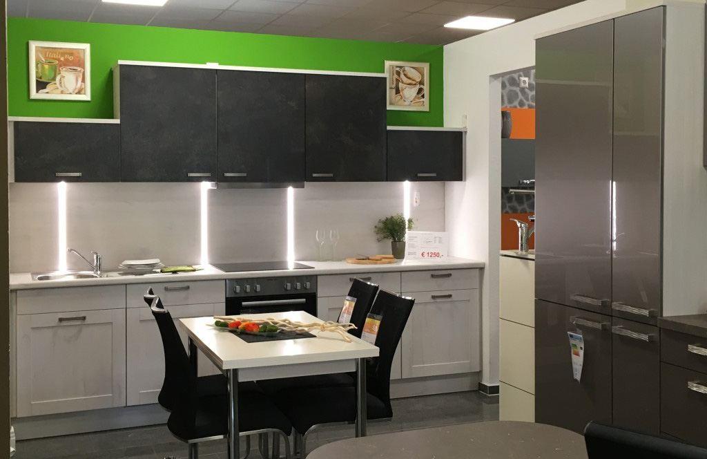 Hintergrundbeleuchtung bei der Küche Mila von Burger Küchen