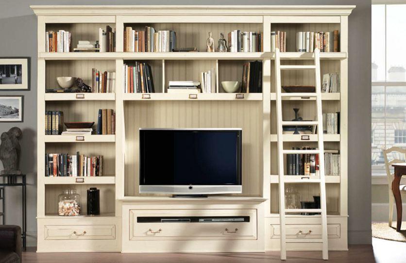 elfenbeinfarbiges Bücherregal mit Leiter