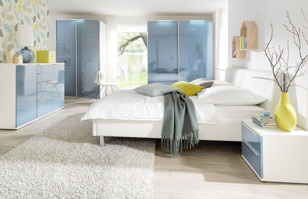 Schlafzimmerkombination in Weiß und Pastell