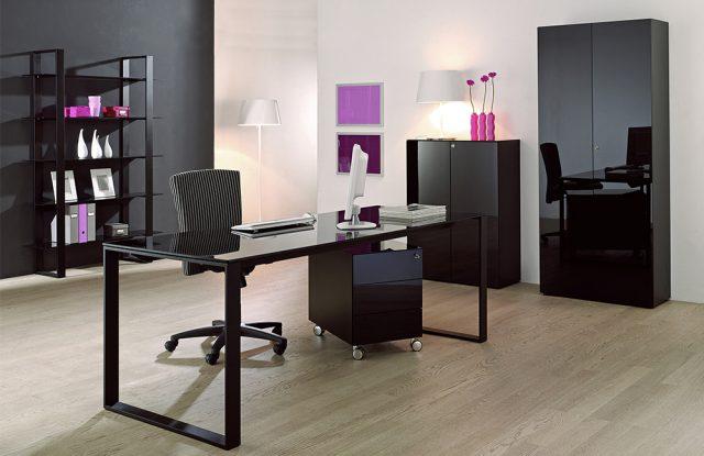Der Arbeitsplatz maxim von Reinhard - mit Schreibtischplatte und Schrankfronten aus lackiertem Glas