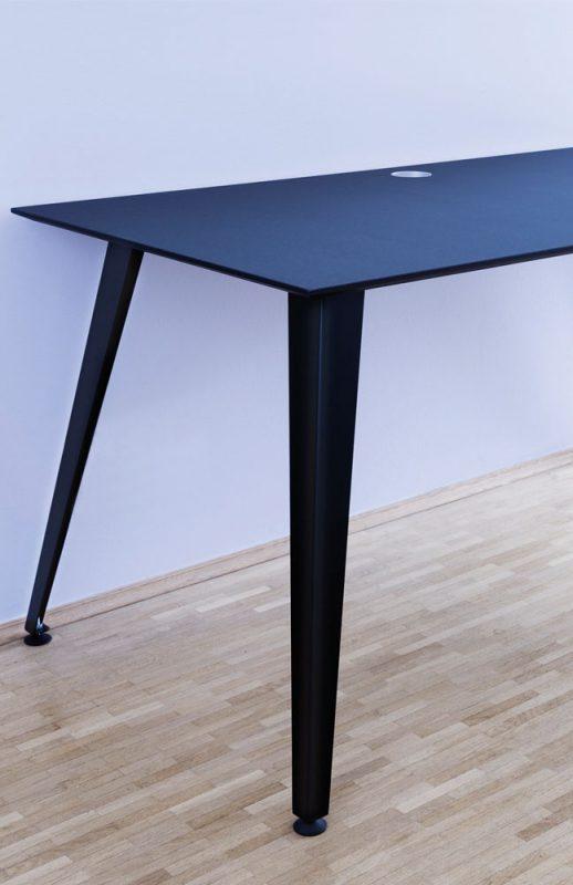Optionaler Kabeldurchlass in der mit Linoleum beschichteten Tischplatte