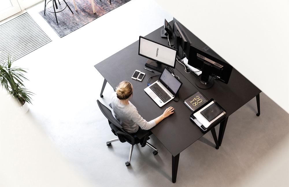 Der Schreibtisch C2H4 bietet eine komfortable Arbeitsfläche dank Linoleum.
